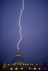 """Zibens spēriens Sv.Pētera bazilikā 12.februārī. Zīme, ka pienācis """"pēdējā Pētera"""" laiks?"""