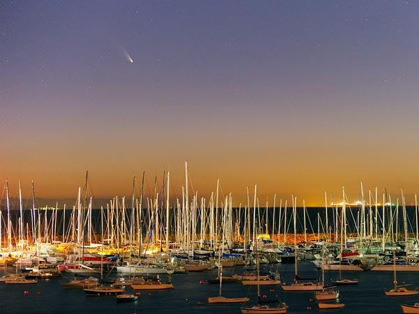 Komēta PanSTARRS krēslas stundā virs Melburnas AustrālijāFoto: Alex Cherney, TWAN